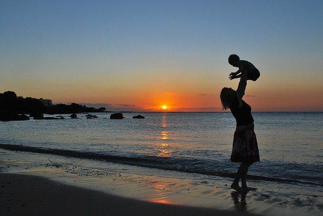 matka a dítě u moře