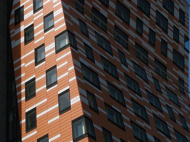 bíločervená fasáda, okna
