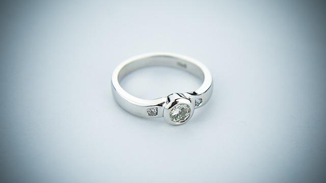 stříbrný prsten, diamanty