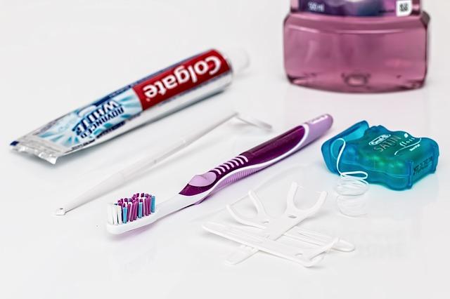 zubní pasta, kartáček a dentální nit