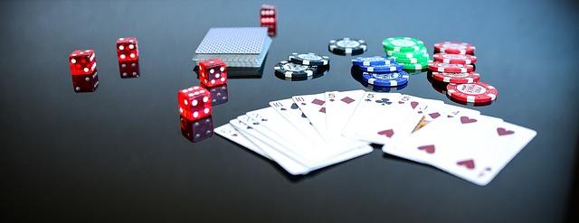 karty a kostky na poker