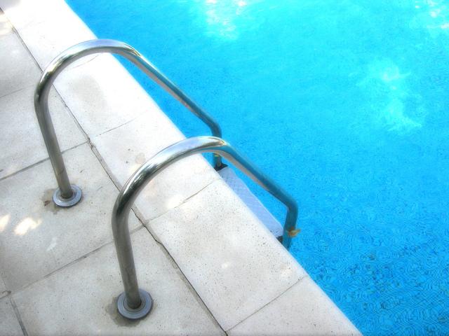schůdky do vody v zabudovaném bazénu.jpg