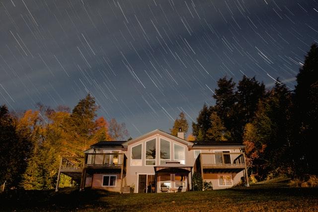 nad domem jsou špatné povětrnostní podmínky.jpg