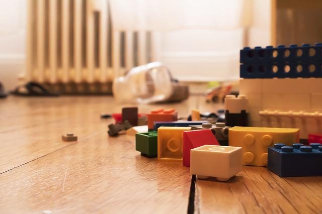 hračky na podlaze