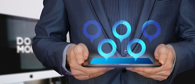 podnikatel drží tablet a z něj vyskakují modrá kolečka.jpg