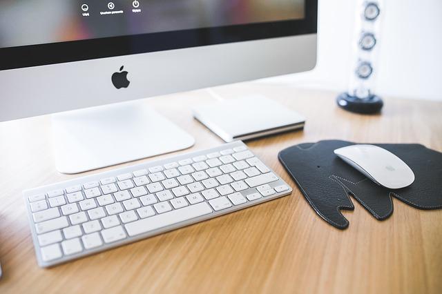 Počítač kousek monitoru, klávesnice bílá, tenká a malá, myš na černé podložce.jpg
