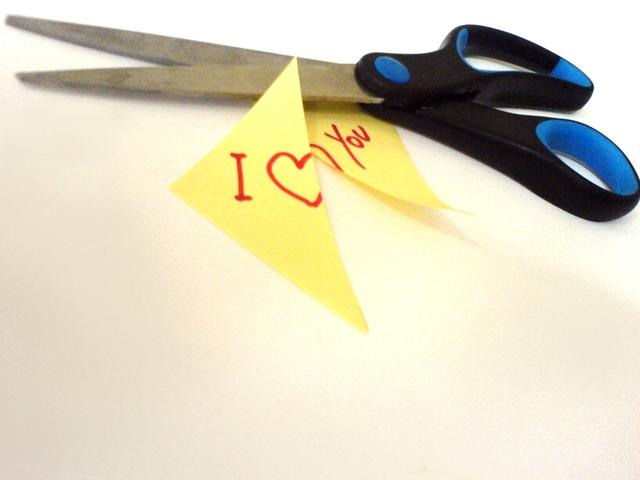 """nůžky přestřihující papírek """"miluji tě"""""""