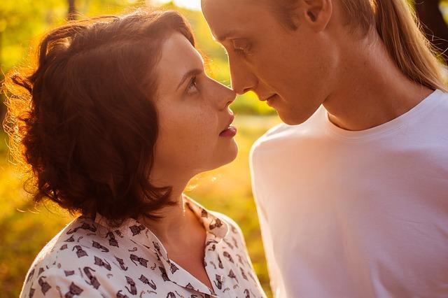 muž a žena se políbí